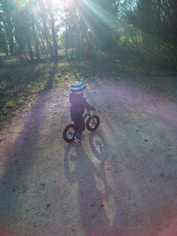 Virage - En draisienne au parc de l'Ile d'Amour - Tête à Casque - Casque vélo enfant