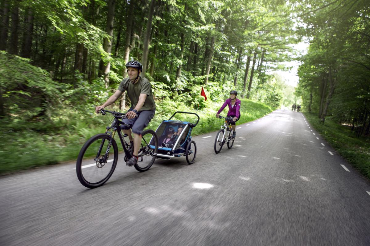 10 bonnes raisons de se mettre à la remorque vélo avec ses enfants - Tête à Casque