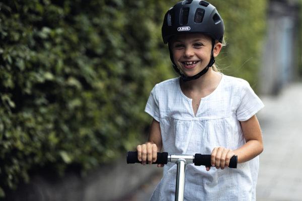 ABUS Youn-I 2.0 Glacier Blue - casque vélo enfant - Tête à Casque - action1